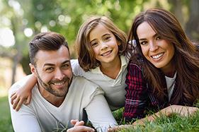 jeune famille heureuse plein air