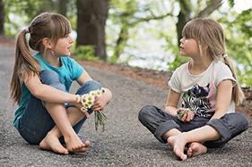 jeunes filles discussion plein air